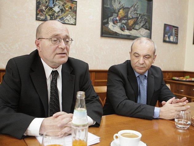 Přenecháme lůžka nemocnici, deklarovali představitelé Multiscanu Jan Calta (vlevo) a Sotirios Zavalianis. Příští tisková konference by prý už měla být společně se zástupci kraje...