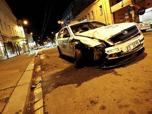 Při havárii byli zraněni dva policisté a řidička osobního vozu.