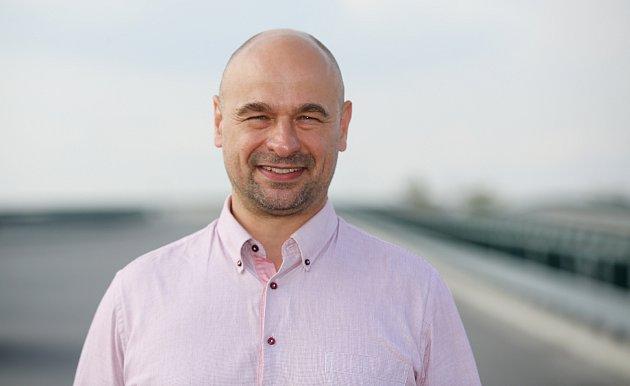 Setkání kandidátů  na hejtmana Pardubického kraje na rozestavěné dálnici D35 uOpatovic nad Labem.