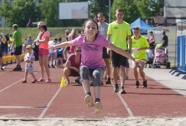 Stovky dětí  si během Dětského dne s atletikou mohli vyzkoušet různé disciplíny – sprint, skok, vrh koulí, hod oštěpem a mnoho dalších na atletickém stadionu Hvězdy Pardubice.
