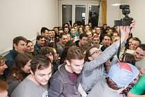 Takhle vypadá 88 dřepících studentů v jedné místnosti a zároveň český rekord.