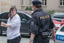 Obviněnou 28letou ženu, která se muži pokusila rozbít hlavu, přivezla k soudu policejní eskorta.