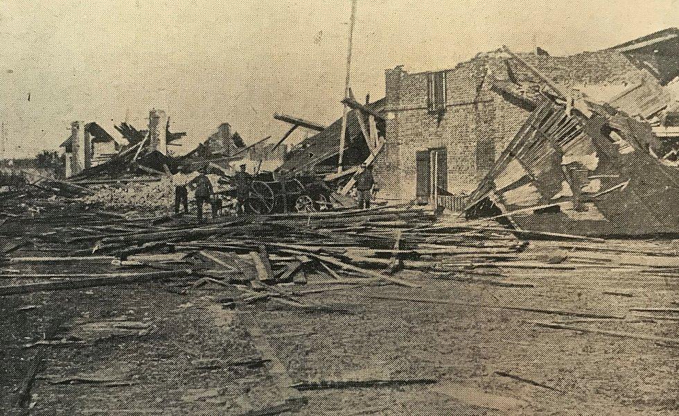Zničený Kamenný dvůr města Pardubic u Popkovic zachycený na fotografii, která vyšla v periodiku Východočeský Republikán.