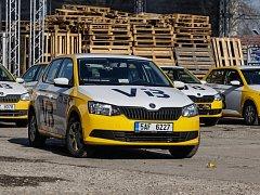 Taxíky, které napodobují vozidla bývalé Veřejné bezpečnosti, jezdí i po Pardubicích.