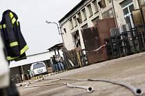 VYŠETŘOVATELÉ byli na místě požáru ve Vyšehněvicích i včera dopoledne.  Existují dvě verze příčiny vzniku požáru, který způsobil škodu za deset milionů korun: závada na elektroinstalaci  nebo činnost neznámé osoby.