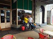 Francouzský majitel pekárny a snímeček na památku.