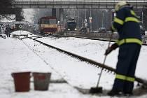 Osmnáctiletý mladík zřejmě vinou nepozornosti vstoupil na zastávce u pardubického závodiště před motorový vlak. Střet nepřežil.