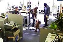 Lupič ve chvaletické spořitelně. Muž v kukle a s pistolí ohrožoval dokonce matku s malým dítětem!