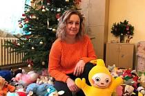 Kateřina Fialová mezi plyšáky, které dětem věnovali pardubičtí hokejisté.