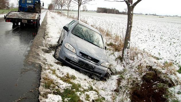 První letošní sníh vytrestal řidiče. Na mnoha místech došlo k nehodám, nejhorší situace byla na dálnici D1, která byla během dne několikrát neprůjezdná.