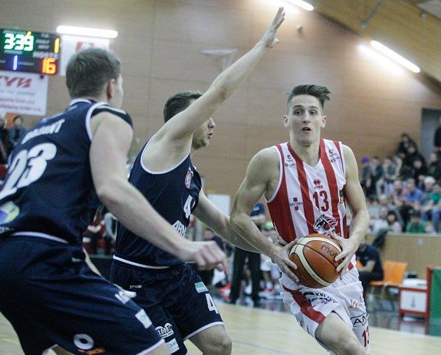 Basketbalové utkání Kooperativy NBL mezi BK JIP Pardubice (vbíločerném) a BK ARMEX Děčín (vmodrém) vpardubické hale na Dašické.