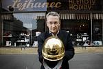 Letošní trofej pro vítěze Zlaté přilby se svým tvůrcem