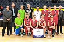 Chlapci ze Studánky vloni ovládli Sportovní ligu ZŠ v basketbale. Podíl na velkém  úspěchu měl ředitel školy Filip Patlevič (čtvrtý zleva nahoře i trenér Tomáš Macela (pátý zleva).