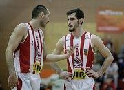 Basketbalové utkání o třetí místo Kooperativa NBL mezi DEKSTONE Tuři Svitav (v bíločerveném) a BK JIP Pardubice (v červenobílém) ve Svitavské hale na Střelnici.