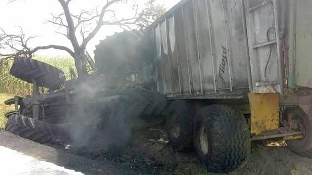 Po nehodě v Dolní Rovni začal převrácený traktor hořet