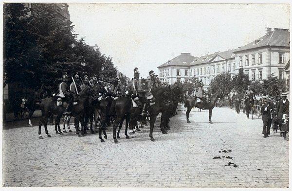 Jezdecká kasárna (vpravo) při pohledu do dnešní Palackého ulice.