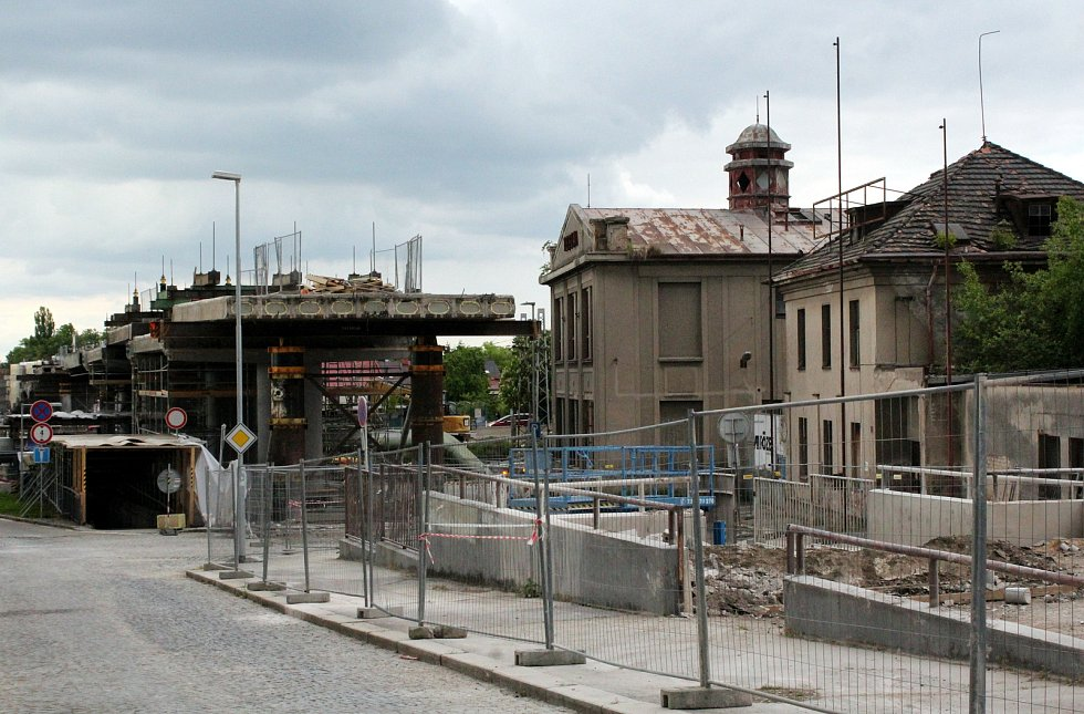 Původní části mostu dělníci postupně odřezali a odvezli. Kvůli budoucím napojením v místě mostovku rozšíří.