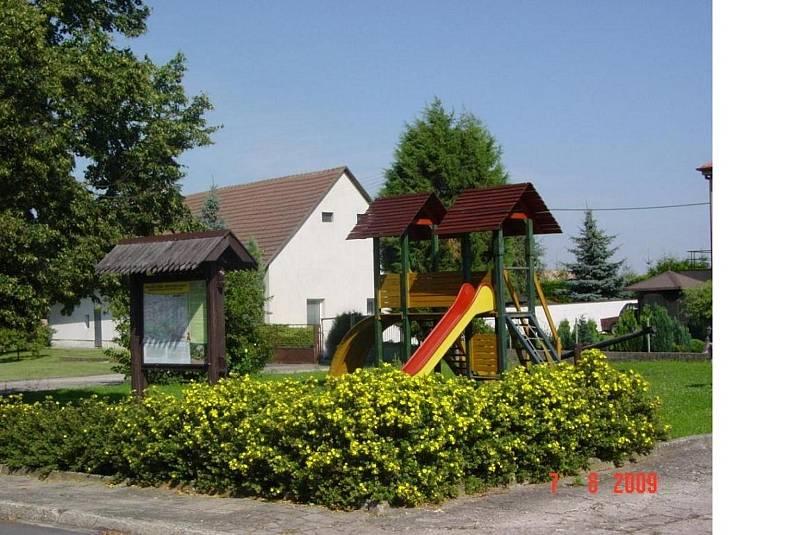 Menší dětské hřiště před rekonstrukcí.