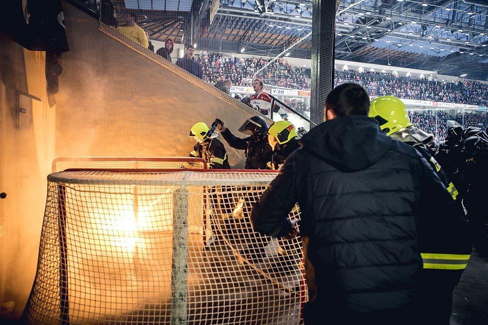 Hozeným dělobuchem zranili brněnští fanoušci také jednoho z hasičů.