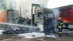 Následky vaření polévky v kabině nákladního automobilu skončilo jeho totálním zničením.