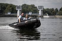 Policisté pohřešovaného Viktora Hašpicu hledali tentokrát i z vodní hladiny. Propátravaly se hlavně nánosy a křoviny rostoucí ve vodě podél břehů, kam se jinudy než z lodi nedá přiblížit.