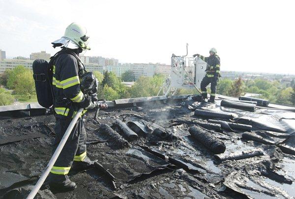 Požár střechy panelového domu vPolabinách. Právě se zde pokládala nová střecha.