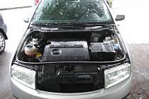 Pachatel u vozidel nejdříve rozbil boční okno a poté odmontoval přední kryt motoru