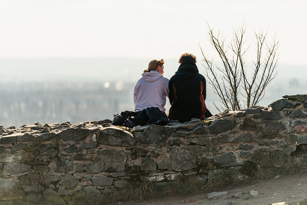 Na Kunětickou horu si našli cestu jen jednotlivci. Podle nových nařízení k hradu smějí pouze obyvatelé obce Ráby.