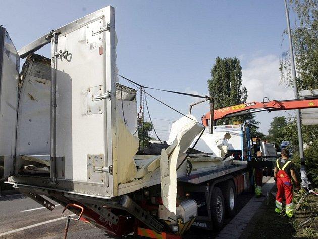 Kamion po nehodě skončil převrácený ze svahu.