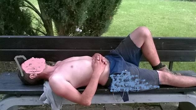 Opilý a silně znečištěný muž ležel na lavičce.