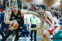 Střet rivalů BK JIP Pardubice (v červenobílém) a DEKSTONE Tuři Svitavy (v černozčerveném).