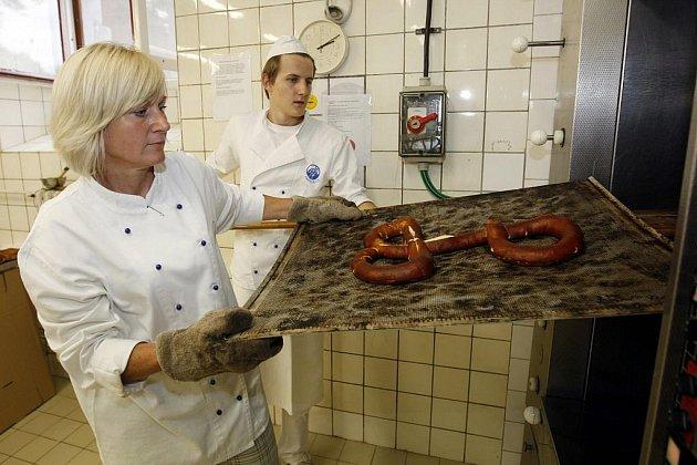 BAVORSKÝ PRECLÍK pro papeže Benedikta XVI. včera vyrobili současní i bývalí studenti Střední průmyslové školy potravinářské školy v Pardubicích. Dar dnes vystaví v hale školy.