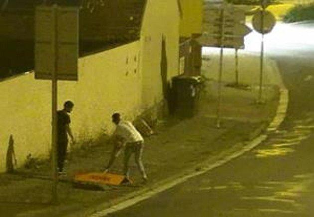 Převrácené značky a popelnice po sobě vandalové museli zase hezky uklidit za dohledu strážníků.