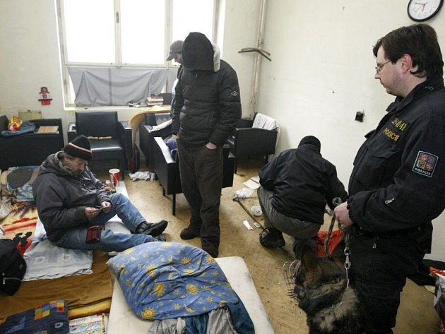 """Pardubická policie v úterý ráno překvapila bezdomovce obývající chátrající """"Prokopku"""""""