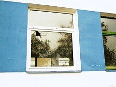 Jedno z oken, které parta mladíků cestou domů rozbila.