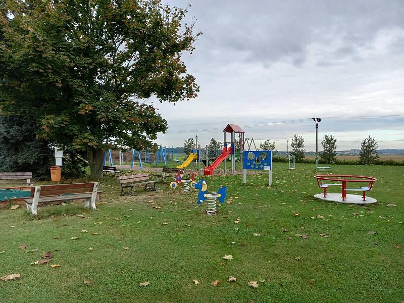 Dětské hřiště je u místních dětí oblíbené.