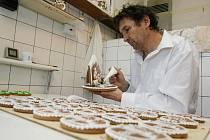 Jmenuji se Pavel Janoš a narodil jsem se v rodině s více než stoletou tradicí ve výrobě perníku a cukrářských výrobků. Už moje prababička a hlavně babička Marie byla úžasná kuchařka, cukrářka a perníkářka, která dělala i kompletní svatby na klíč. Po ní to