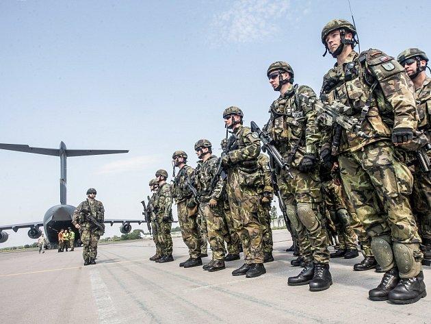 Z Pardubic v pátek odletěla další část příslušníků chrudimského 43. výsadkového praporu aliančních Sil velmi rychlé reakce na mezinárodní cvičení Noble Jump 2015 v Polsku.
