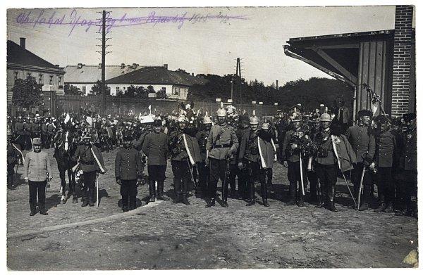 Ještě jednou, tentokrát ve větší skupince. Ze snímku je patrné, že rozloučení bylo vskutku slavnostní. Výzdoba, vlajky, davy lidí. Je 25.srpna 1914a válka trvá jen pár dnů…