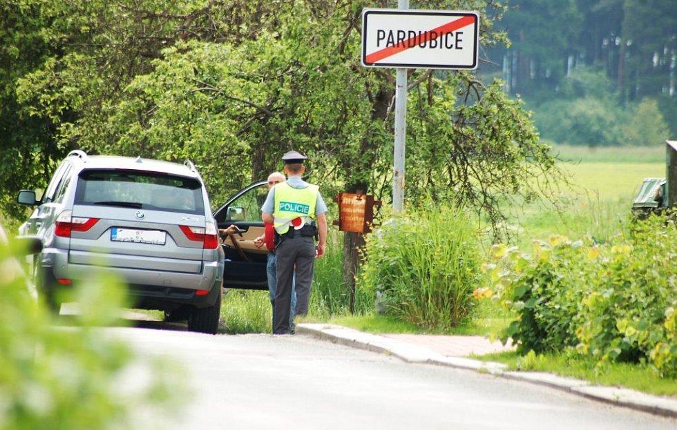 ..a později se přesunuli na Nemošickou, kde hned zkraje chytili toto BMW, které si to hasilo pětasedmdesátkou