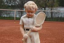 Pískací gumová hračka v podobě tenisty pamatuje jistě i první ročníky Pardubické juniorky