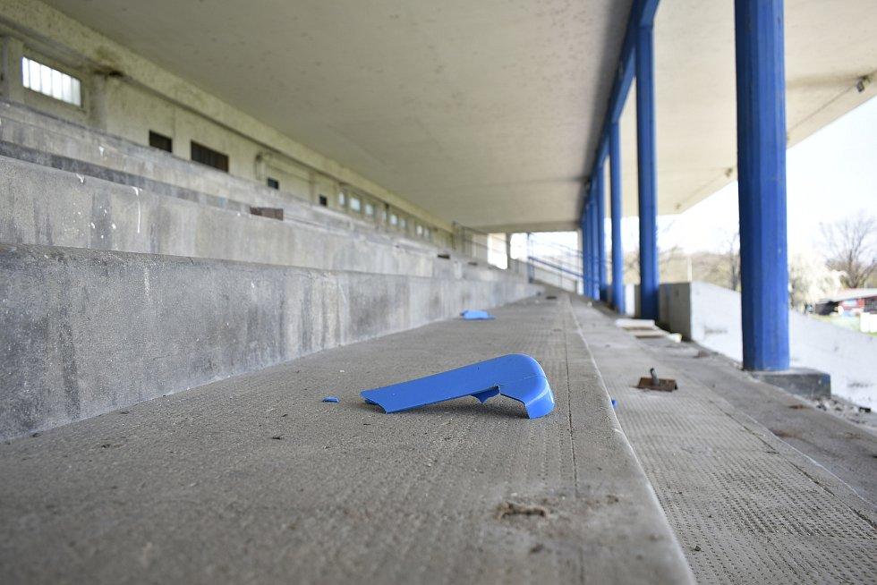 Letní stadion už mají v moci dělníci, kteří vyklízejí západní tribunu a brzy zahájí bourací práce.
