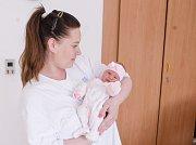 LARISA POSLEDNÍKOVÁ se narodila 16. dubna ve 20 hodin a 18 minut. Měřila 49 centimetrů a vážila 2910 gramů. Maminku Lucii podpořil u porodu tatínek Michal. Rodina bydlí v Pardubicích. Doma na nového sourozence čeká osmiletý Dominik.