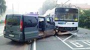 Při srážce trolejbusu s dodávkou se zranilo pět lidí