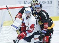 Duel Tipsport extraligy v ledním hokeji mezi HC Dynamo Pardubice (bílém) a HC Verva Litvínov (v č
