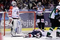 Duel baráže o hokejovou extraligu mezi HC Dynamo Pardubice (v bíločerveném) a HC Energie Karlovy Vary (v zelenobílém) v Tipsport areně.