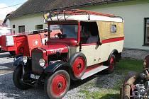 Ozdobou turovské návsi při oslavách tamního hasičského sboru byl vůz Škoda 125 z roku 1928, jediný svého druhu v České republice. Patří hasičům z Jenišovic