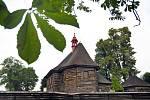 VESNICÍ ROKU se mohou stát i Veliny na Pardubicku. Jejich dominantou je novobarokní dřevěný kostel sv. Mikuláše, který byl postavený v roce 1752 v copovém slohu.