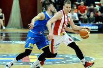 Vysoká hra... Dnešní duel nabídne třaskavý souboj reprezentantů Tomáše Vyorala (u míče) a Jakuba Šiřiny.