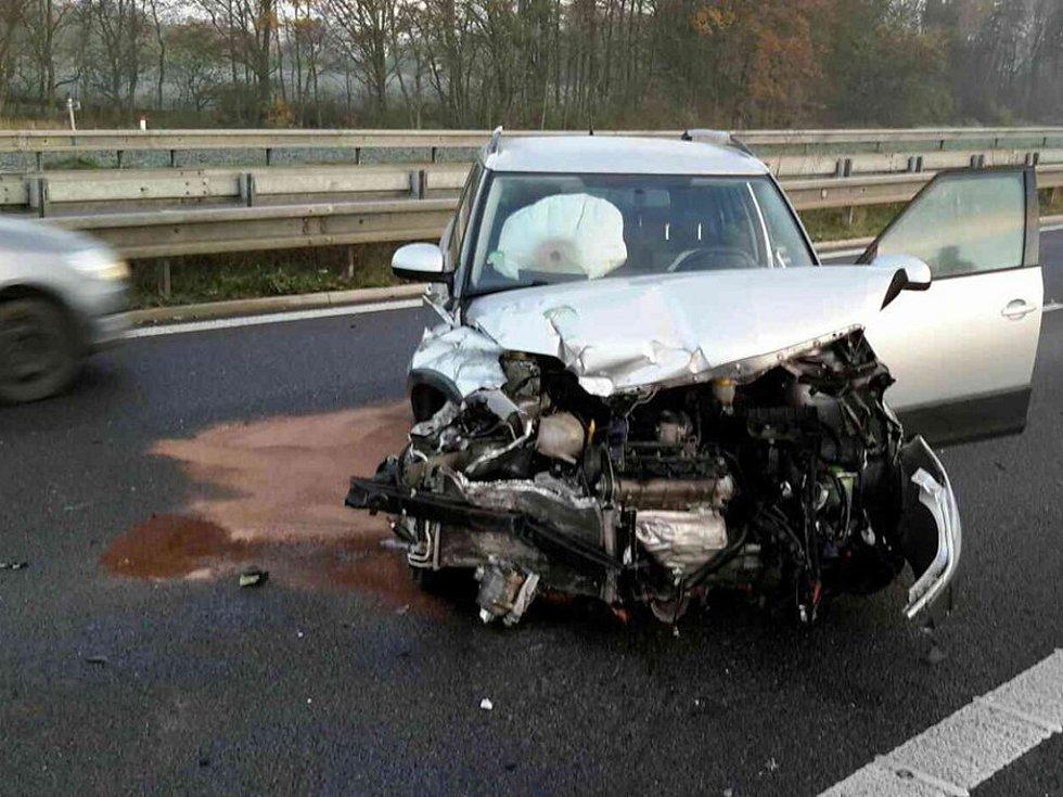 V okolí Opatovic nad Labem se silnice v úterý ráno proměnili v klouzačku a došlo k minimálně pěti dopravním nehodám.